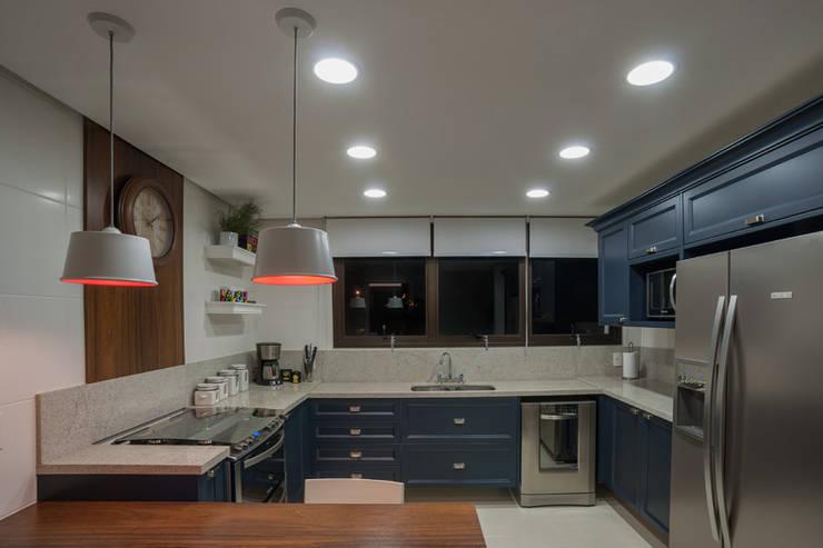 Residencial Três Figueiras: Cozinhas  por Eduardo Becker - Atelier de Iluminação,