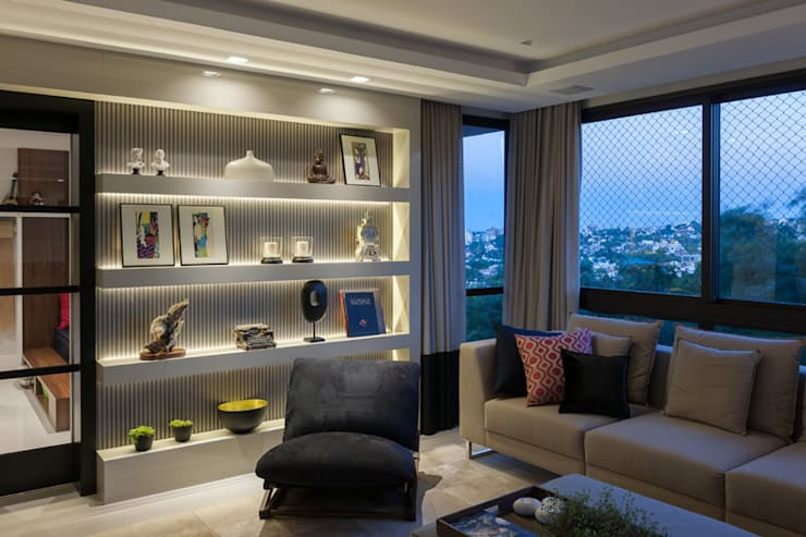 Residencial Três Figueiras: Salas de estar  por Eduardo Becker - Atelier de Iluminação,