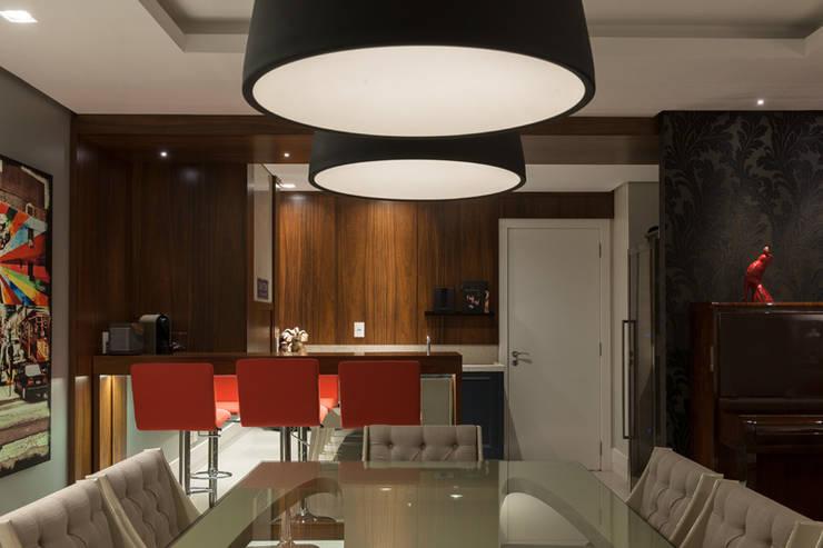 Residencial Três Figueiras: Salas de jantar  por Eduardo Becker - Atelier de Iluminação,