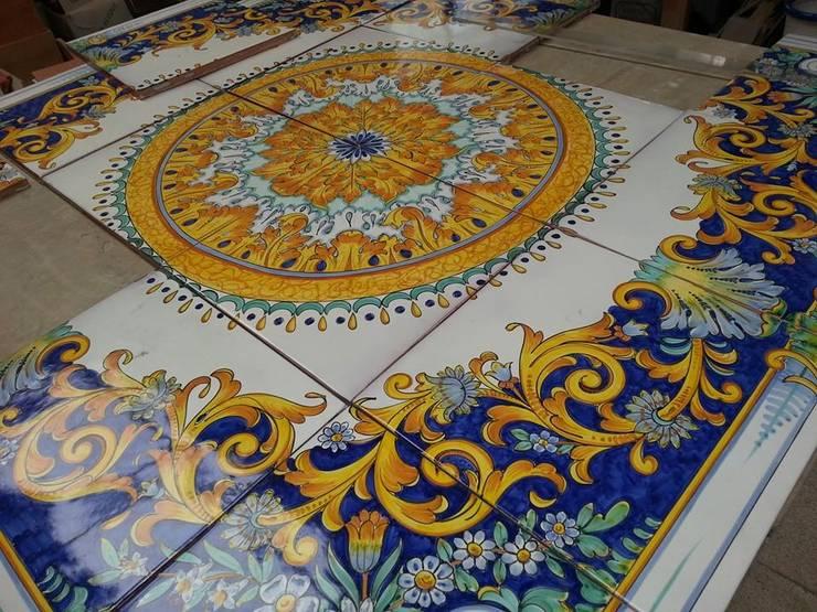 Piastrelle Barocco napoletano: Pareti in stile  di CE.AR CERAMICHE