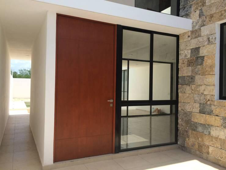 LOTE 10 PRIVADA VILLAS 309 FRACC. MONTEBELLO: Casas de estilo  por Carrillo y Peon, Arquitectos