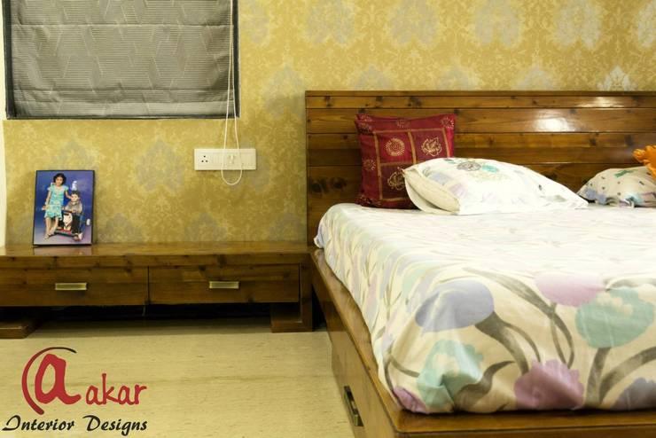 Mr. Chandak's Duplex Apartment:  Bedroom by ES Designs