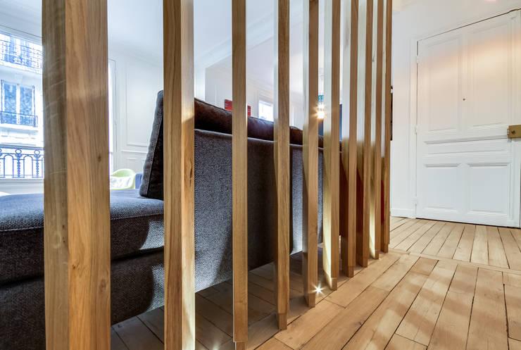 Intervention menuisée autour d'une entrée et d'un séjour : Couloir et hall d'entrée de style  par ATELIER FB