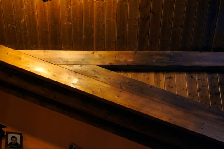 Panel de madera en vivienda del Bierzo (León). panelestudio.com.: Pasillos y vestíbulos de estilo  de panelestudio