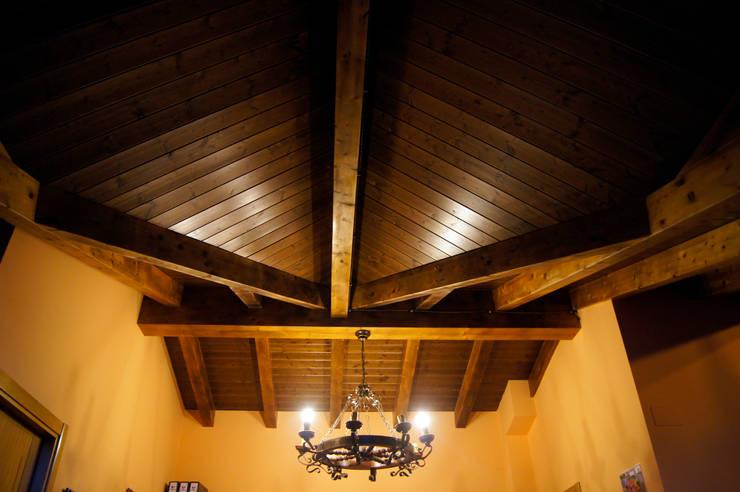 Panel de madera en vivienda del Bierzo (León).: Pasillos y vestíbulos de estilo  de panelestudio