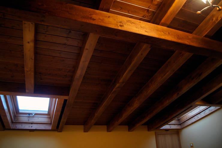 Panel de madera en vivienda del Bierzo. panelestudio.com.: Estudios y despachos de estilo  de panelestudio