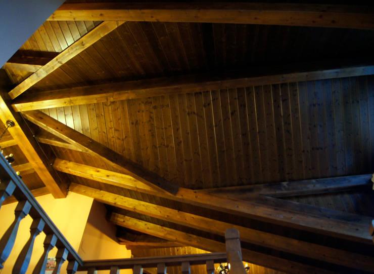 Panel de madera en vivienda del Bierzo.: Pasillos y vestíbulos de estilo  de panelestudio