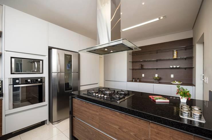 Casa, Condomínio Ibi Aram, Itupeva, São Paulo, Brasil: Cozinhas  por Larissa Carbone Arquitetura e Interiores