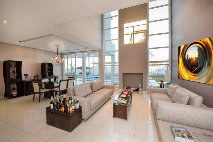 Casa, Condomínio Ibi Aram, Itupeva, São Paulo, Brasil: Salas de estar  por Larissa Carbone Arquitetura e Interiores
