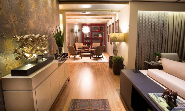 FAIRTEC 2015: Salas de estar  por Gouveia e Bertoldi Design de Interiores