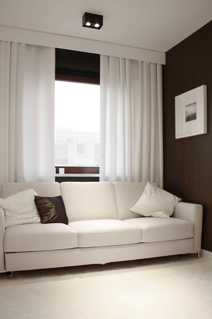 PROJEKT MIESZKANIA W LESZNIE: styl , w kategorii Domowe biuro i gabinet zaprojektowany przez DECOCAFE