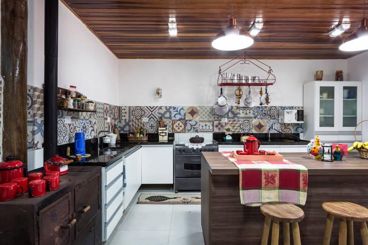 Casa de Campo - cozinha rústica: Cozinha  por Elisabeth Berlato Arquitetura, Interiores e Paisagismo