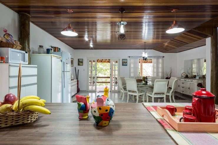 Casa de Campo - cozinha rústica e sala de jantar sofisiticada:   por Elisabeth Berlato Arquitetura, Interiores e Paisagismo,Rústico