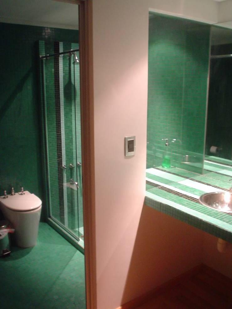 Casa Pedernera: Baños de estilo  por LS+M