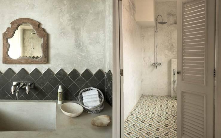 Villa Branco: modern Bathroom by Studio MoMo