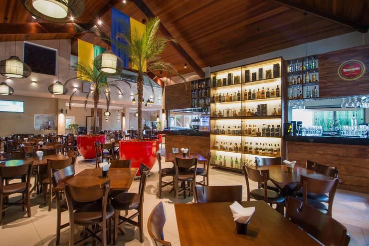 ESPAÇO INTERNO: Espaços gastronômicos  por Larissa Carbone Arquitetura e Interiores,