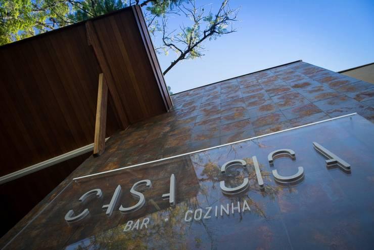 FACHADA: Espaços gastronômicos  por Larissa Carbone Arquitetura e Interiores,