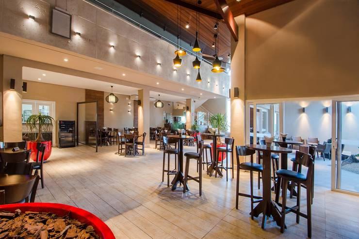 ESPAÇO BISTRO: Espaços gastronômicos  por Larissa Carbone Arquitetura e Interiores,