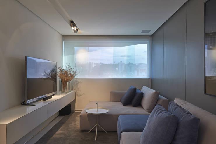 Apartamento | Cobertura: Salas de estar  por Piacesi Arquitetos