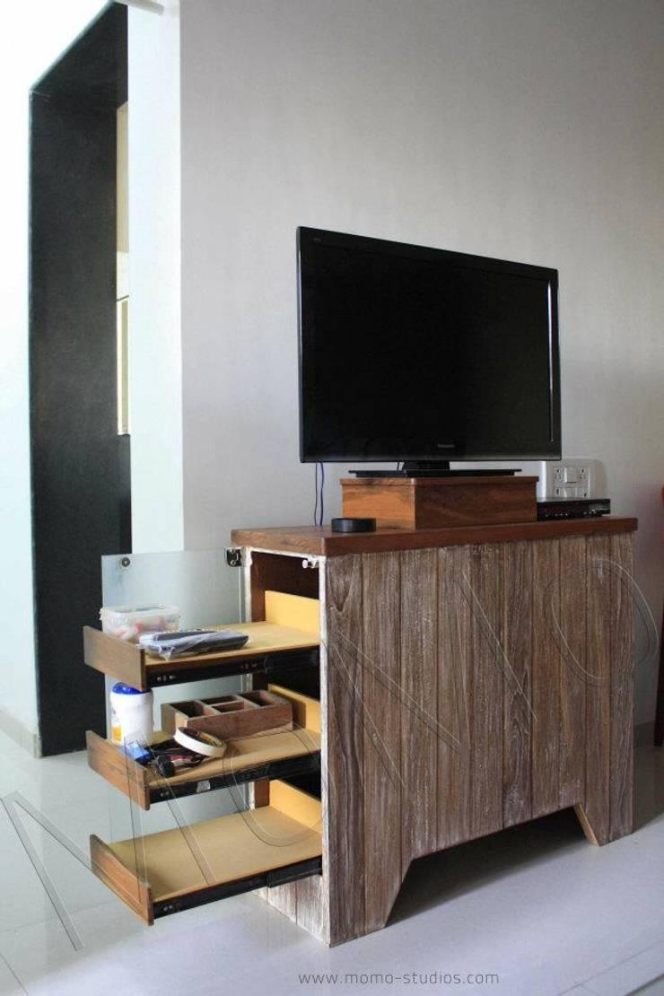 Mumbai flat:  Living room by Studio MoMo,Modern