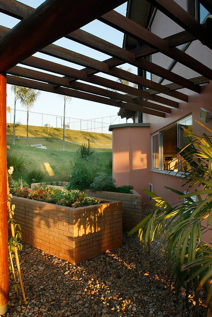 Casa Fazenda CC: Terraços  por Silvia Cabrino Arquitetura e Interiores