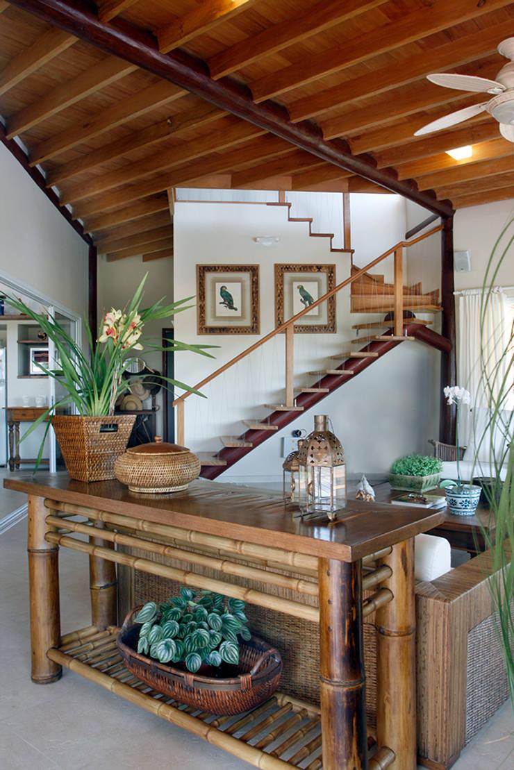 Casa Fazenda CC: Corredores e halls de entrada  por Silvia Cabrino Arquitetura e Interiores