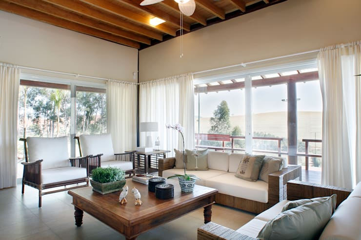 Casa Fazenda CC: Salas de estar rústicas por Silvia Cabrino Arquitetura e Interiores