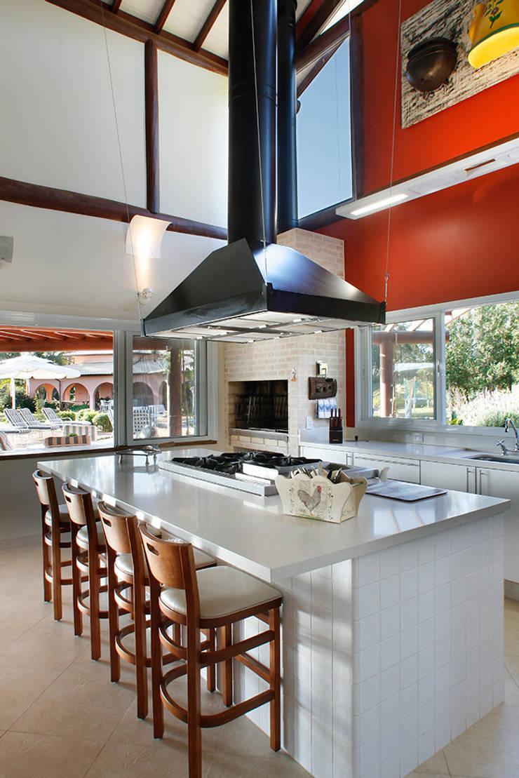 Casa Fazenda CC: Cozinhas rústicas por Silvia Cabrino Arquitetura e Interiores