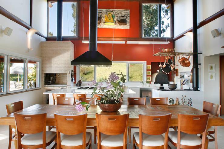 餐廳 by Silvia Cabrino Arquitetura e Interiores