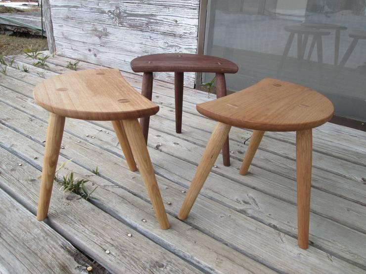 ミルキングスツール: 木工家具 ゆずりはが手掛けたリビングルームです。