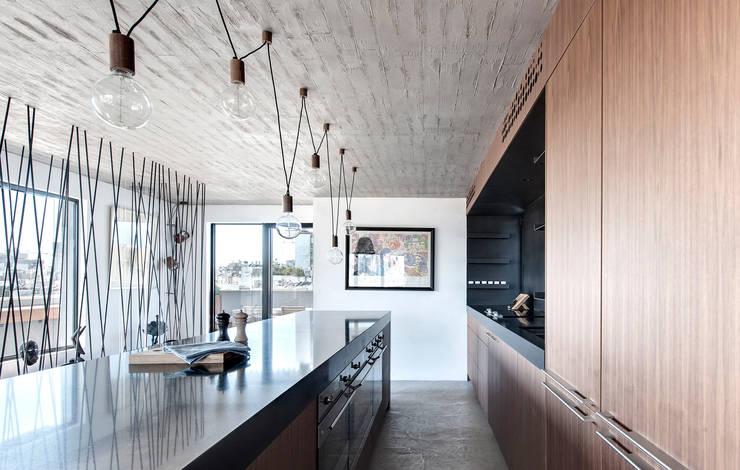 Duplex Penthouse in Tel Aviv: Cuisine de style  par toledano + architects