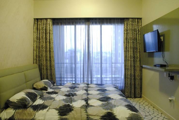 Pebble bay.:  Bedroom by Construction Associates,Modern