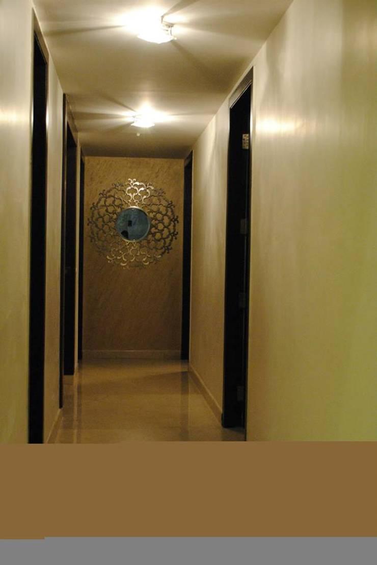 Pebble bay.:  Corridor & hallway by Construction Associates,Modern