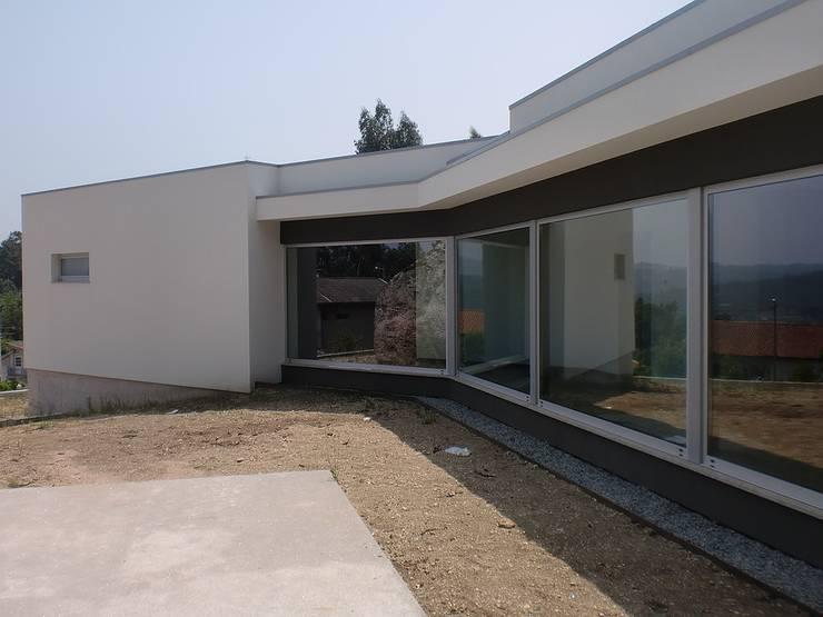 Moradia Cambeses - Barcelos: Casas  por Solução Desenhada - atelier de arquitectura e engenharia, ld