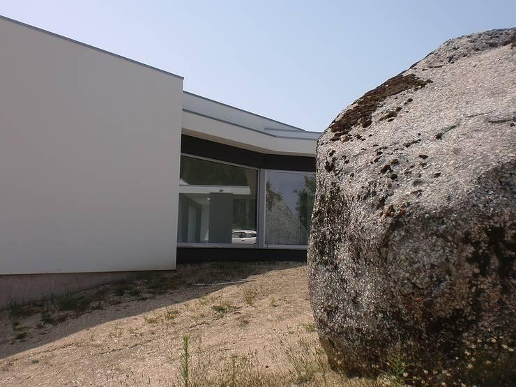 Moradia Cambeses – Barcelos: Casas  por Solução Desenhada - atelier de arquitectura e engenharia, ld