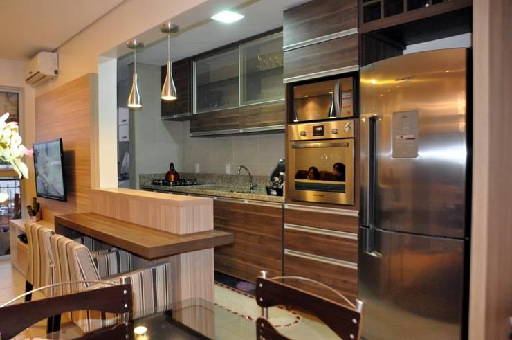 Apartamento Casal T&R: Cozinha  por Áurea Arquitetura e Design