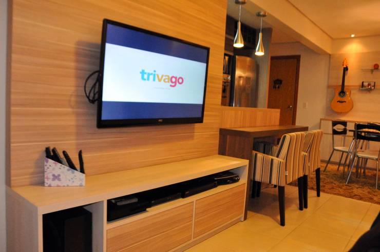 Apartamento Casal T&R: Sala de estar  por Áurea Arquitetura e Design