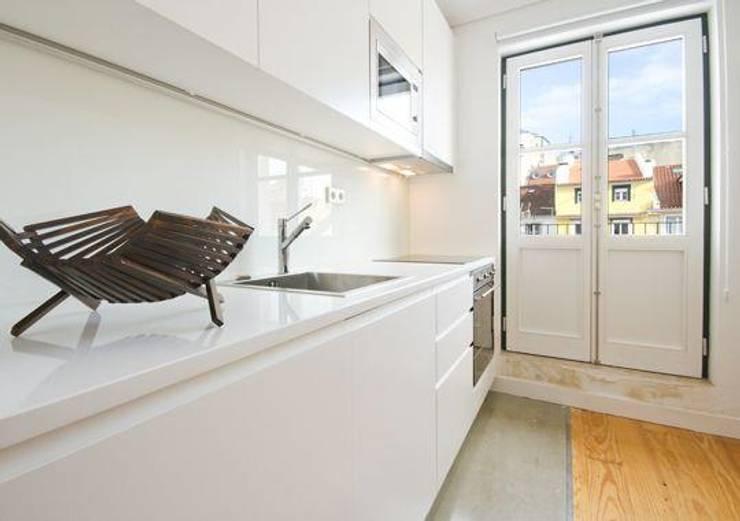 3 A . Rua do Norte n.º28: Cozinhas modernas por Pedro Ferro Alpalhão Arquitecto