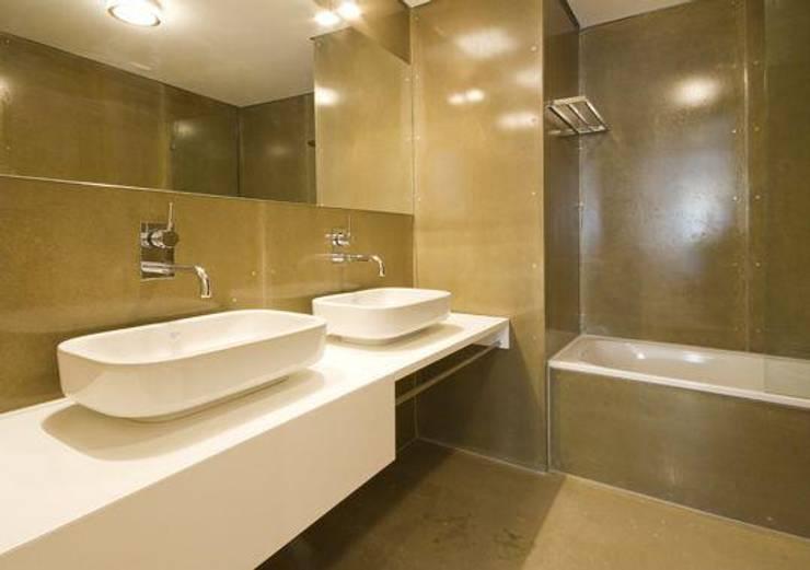 3 A . Rua do Norte n.º28: Casas de banho modernas por Pedro Ferro Alpalhão Arquitecto