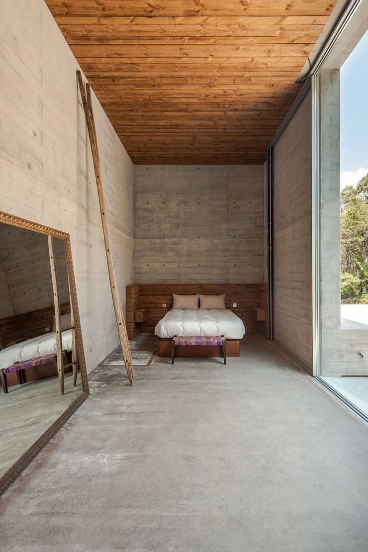 Modern style bedroom by Carvalho Araújo Modern Concrete