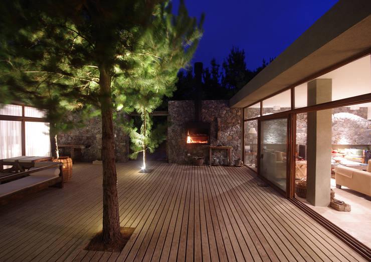 Casas de Playa – El Patio -: Pasillos y recibidores de estilo  por LUCAS MC LEAN ARQUITECTO