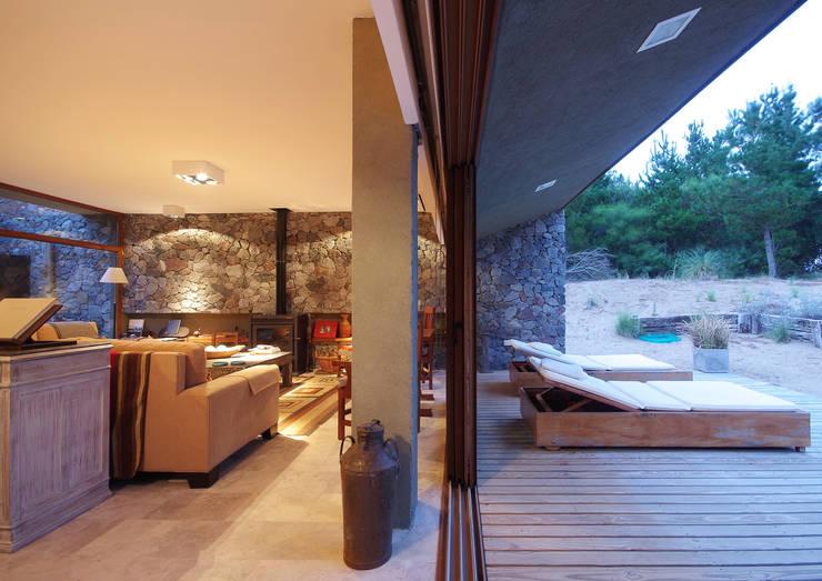 Casas de Playa - El Patio -: Pasillos y recibidores de estilo  por LUCAS MC LEAN ARQUITECTO