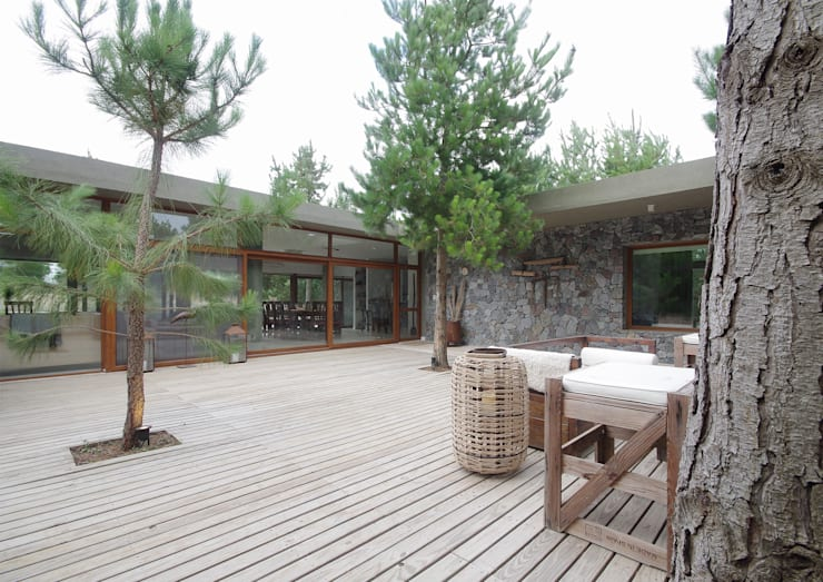 Casas de Playa - El Patio -: Jardines de estilo moderno por LUCAS MC LEAN ARQUITECTO