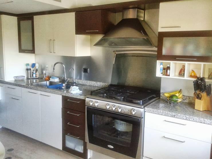 Apartamento en El Rosal: Cocinas de estilo  por Arquitectura 4rq