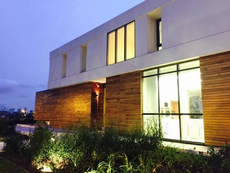 Casa ANV Casas modernas: Ideas, imágenes y decoración de Israel & Teper arquitectos Moderno