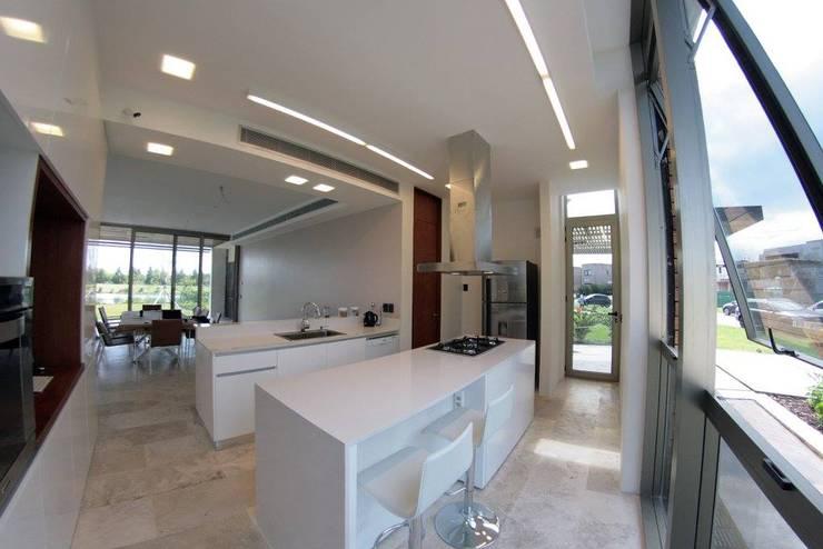 Casa ANV: Cocinas de estilo moderno por Israel & Teper arquitectos