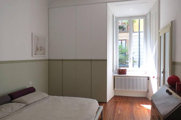 SAFFI VILLETTA: Camera da letto in stile in stile Minimalista di 02arch
