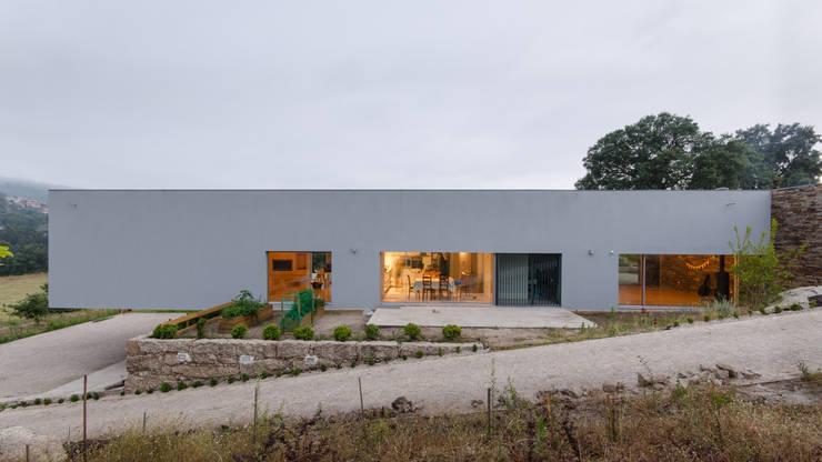 Projekty, minimalistyczne Domy zaprojektowane przez olgafeio.arquitectura