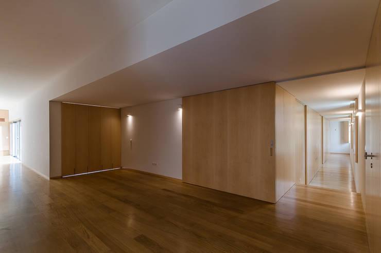 Habitação Unifamiliar Monte dos Saltos: Corredores e halls de entrada  por olgafeio.arquitectura