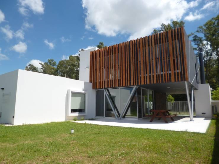 CASA DEL BOSQUE - Autores: Mauricio Morra Arq., Diego Figueroa Arq.: Casas de estilo  por Mauricio Morra Arquitectos,